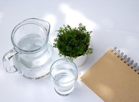那些传闻中致癌的水3天后的开水喝了会致癌过于夸张了自来水中既然有可能存在亚硝酸盐,那么开水中也自然有可能存在亚硝酸盐,但只要是合格的自来水,这个量就少得几乎没有。当然,