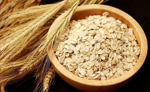 燕麦瘦身原理燕麦促进消化、产生饱腹、抑制食欲,最后消灭脂肪。燕麦具有足够的膳食纤维易产生饱腹感,有利于生理功能的调节和新陈代谢,消化时消耗更多能量,降低胆固醇,促进肠胃蠕