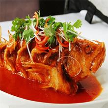 """糖醋鲤鱼糖醋鲤鱼是山东省经典的汉族名菜之一,属于鲁菜系。据说""""糖醋鲤鱼""""最早始于黄河重镇——泺口镇。糖醋鲤鱼色泽金黄,外焦里嫩,香甜酸醇。济南北临黄河,黄河鲤鱼不仅肥嫩"""