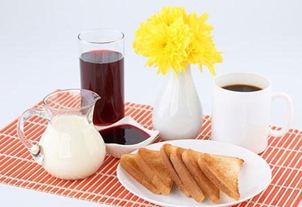 冬天减肥4个小技巧1、清晨醒来时多吃食物早餐是人体一天中最重要的一餐,对减肥起到至关重要的作用,当人体处于睡眠中时,新陈代谢的速度会降低,而苏醒后新陈代谢就恢复到正常状态