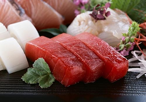 跟着日本人学吃鱼深海鱼最受宠世界上没有哪个国家比日本人更爱吃鱼了,每年人均吃鱼100多公斤,超过大米的消耗量。日本冲绳岛健康百岁老人比例一直远高于世界上绝大部分地区。