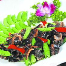 琥珀蜜豆炒贝参海参的营养毋庸置疑,但海参拥有自溶能力,因此过水时,水一定不能沾到油,否则放久一点海参就消失得无影无踪咯,炒熟了就跑不掉了。营养价值:蛋白质、脂肪、纤维、碳水