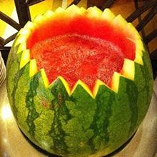 西瓜西米羹夏天,我们最常吃的水果就是西瓜,西瓜清凉解暑,是炎炎夏日的降火利器。今天小编教大家换个花样吃西瓜,将西米露、椰子汁和西瓜搭配在一起制成羹,既营养又美味,千万不要错