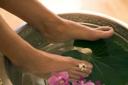 三种方法去除角质层  让脚部变水嫩夏季很多人为了保证脚部的舒适感,还有就是解除脚部的闷热,在这样的情况之下就会选择穿凉鞋等透气的鞋子,来帮助自己脚部散热。这时大家往往会