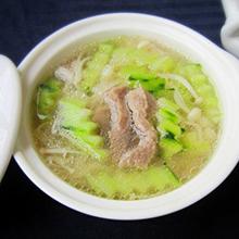白菜肉丝汤大白菜的含锌量居蔬菜之首,并富含膳食纤维和维生素,对人体健康有重要的作用,猪肉汤中含有钙、铁、锌等物质,对人体的发育很有帮助,这道汤是老少皆宜,既营养又健康的汤品