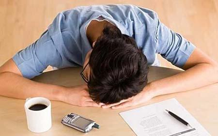 白领午后犯困肿么办? 6大招帮您keep好精神白领午后最易犯困,今天带给您这六大招,帮您振奋精神。因为工作繁忙,白领的午餐时间一般不是太长,很多时候是吃完饭紧接着就又要开始工作