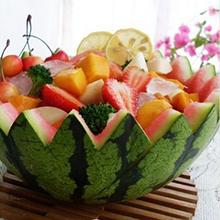 芒果西瓜盅今天小推荐的是炎炎夏日的解暑圣品,它就是芒果西瓜盅,西瓜的清香和芒果的奇香融合到一起,甜中带酸,清爽可口,口水是不是都留下来了?赶快学起来吧。营养价值:蛋白质、维生