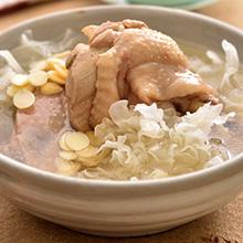 薄荷椰子杏仁鸡汤薄荷椰子杏仁鸡汤味美味鲜甜,具有滋阴清热、益气补虚、补而不燥之功效,是一道适合夏天的清甜滋补汤水。椰子浓浓的香味,伴着薄荷、杏仁的清香和童子鸡肉鸡的鲜