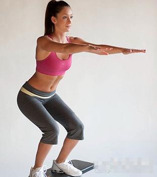 有助私处紧实的运动练习骨盆运动女人半蹲,两膝微屈,两足分开60厘米左右,两手叉腰。性保健用品吸气,将骨盆前推;呼气,将骨盆拉回,同时臀部尽量向后撅起。反复做10次。练习仰卧按摩