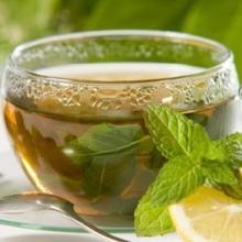 决明子绿茶决明子绿茶是由炒香后的决明子与绿茶叶一同用沸水泡制而成,可在饮用时续水,直到茶味淡无;此茶清凉润喉,口感适宜,具有降脂降压、清热平肝、润肠通便、明目益睛之功效,还