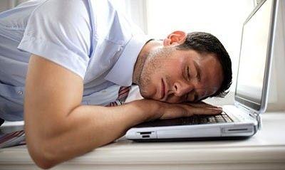工作疲劳的症状情绪波动大:做事经常后悔,易怒、烦躁、悲观,难以控制自己的情绪。睡眠质量差:睡觉时间越来越短,醒来也感到不解乏,并很容易因为疲劳和苦闷失眠,注意力不集中,集中精力