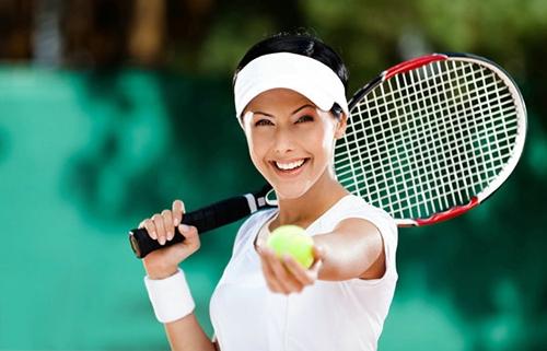 菜鸟打网球必备的知识打网球必备知识:步伐在所有的球类活动中,步伐是占重要因素之一,尤其是手握球拍的运动,如果步伐运行正确熟练,处理来球必能得心应手,唯有稳健的步伐才有正确的