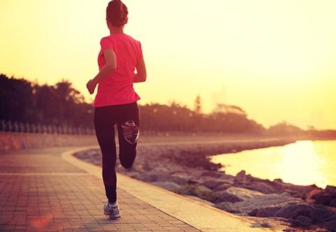 怎样跑步才不伤膝盖在跑步过程中磨损和冲击力超过骨骼肌肉的能力,或是增加的强度超过骨骼肌肉的成长速度,那么就会受伤。如果肌肉和骨骼的强壮程度超过磨损和冲击力则不会产生