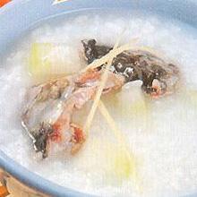 鲤鱼大米粥鲤鱼的蛋白质不但含量高,而且质量也很高,人体消化吸收率可达96%,并含有能供给人体必需的氨基酸、矿物质、维生素A和维生素D等人体所需元素。将鲤鱼煮成粥既能填饱肚