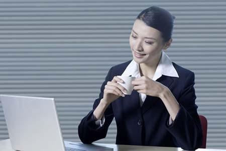 久坐易变胖  5招白领防止变胖现在社会中,大多数人工作都是几乎一整天坐在办公室,面对电脑。久坐导致身体容易变胖,下面介绍5种防止久坐变胖的方法。1、调节座椅高度保持正确坐