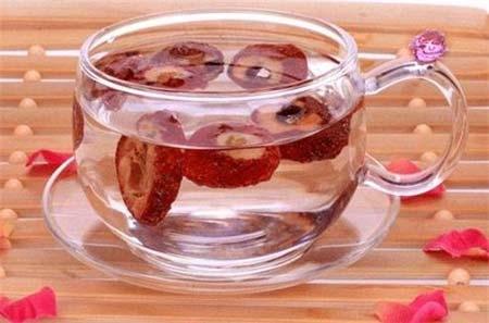 用这物泡茶喝  能轻松消食促排毒在日常饮食中,当你饱餐一段之后,有些人由于自身肠道消化能力的问题以及不当的饮食习惯会导致食物很难消化,于是出现腹胀、腹痛等不适症状产生,严