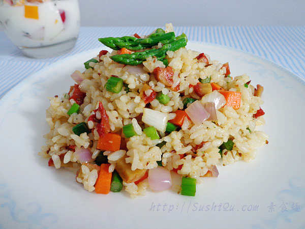 这是今天的早餐。米饭是我最喜爱的主食,没有之一。各种做法的米饭、各种米制品我都喜欢吃。炒饭很平凡,但却是简便美味受大众喜爱的食物。随便几样蔬菜和米饭一起炒炒,就会很