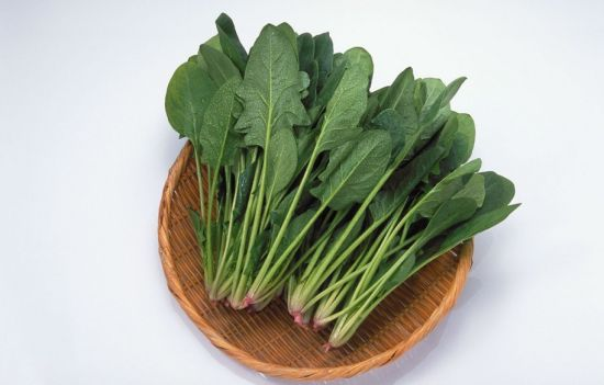 菠菜可养血滋阴,对春季里高血压、头痛目眩、糖尿病和贫血等都有较好的治疗作用。不过,菠菜含草酸较多,有碍机体对钙的吸收。故吃菠菜时宜先用沸水烫软,捞出再炒。由于婴幼儿