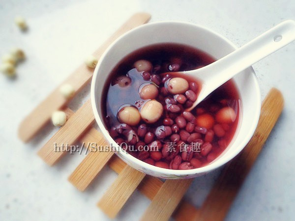 莲子和红小豆都是老少皆宜的滋补佳品,一起煮汤,具有养心安神、健脾养胃、滋补元气的功效。晚上下班回家,不太想吃饭的话,喝一碗红豆莲子汤吧,消除一天的疲劳,暖身又暖心。<br /> 红豆莲