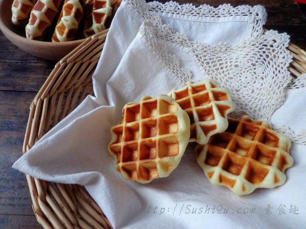上周和莫一起做的面包版的华夫饼。面包版,即是像做面包一样需要发酵,然后烤制。不是烤箱,是燃气上用的华府饼模具。面团里加了新鲜的橙汁和橙皮,香味清新,很管饱哦~香橙华夫饼香