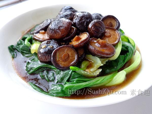 大众家常菜,越简单平凡,越入胃舒坦。香菇油菜原料:油菜    干香菇    盐    老抽    淀粉<br /> 做法:<br /> 1、干香菇泡软,洗干净;油菜掰开,一片一片的洗净<br /> 2、锅里坐水,水开后放入油菜,加一点