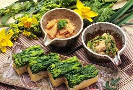 从食物中补钙是最自然的方法。然而,很多饮食推荐常常会忽略一些重要的要求:首先,补钙食物必须容易买到,价格不贵;其次,这种食物每天吃的量要足够大,多吃点无害;第三,其中的钙能有