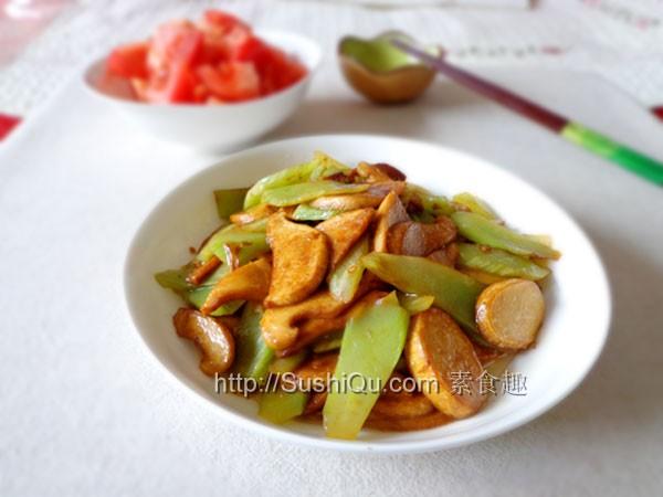 白灵菇颜色洁白,肉质肥厚,口感嫩滑鲜美,长得有点像灵芝,是一种食用和药用价值都很高的菌类。配上莴笋一起炒,非常搭。<br /> 莴笋炒白灵菇原料:白灵菇    莴笋    老抽    姜    盐