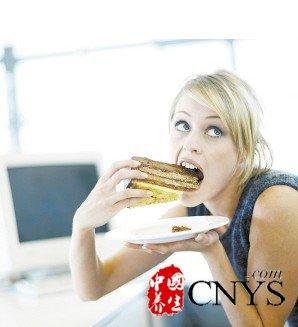 白领每天忙于工作,很多时候忽视了自己的身体健康,饮食也是不规律,时而暴饮暴食,时而不吃东西,大家要知道,饮食与癌症的发生有着密切的关系,但是什么样的饮食习惯容易导致癌症呢