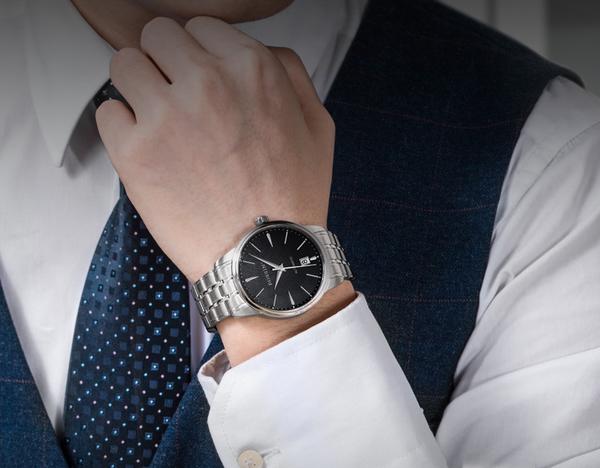 钟表收藏一直都是收藏界的热门话题,有些人爱瓷器,有些人看书画,而有些人则喜欢更现代一点的——腕表,作为流传已久的一门工艺,从钟到表,到现在智能手表,人们对腕表的热爱从未消退,那