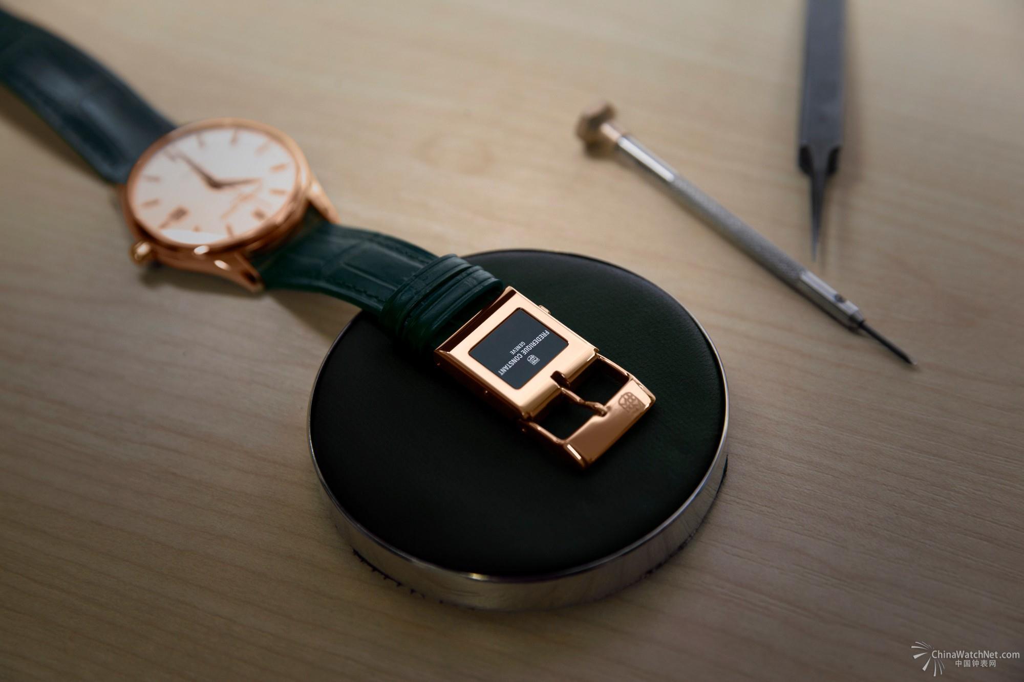 康斯登于今年巴塞尔钟表展推出全新高科技杰作:E-Strap 智能表带。康斯登E-Strap智能表带是专为传统腕表而设计的专利智能表扣与表带,因此我们的标语是:将传统腕表变得更智能。