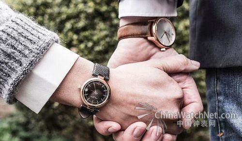 要说欧洲当红的潮人单品,那来自丹麦的腕表品牌拉尔森Lars Larsen就不得不提。几乎一夜之间,这款继承了北欧设计美学的腕表,低调地出现在了各大潮人的手腕上,席卷了明星名媛朋友